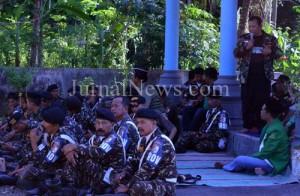 Doa bersama-Ansor dan Banser se Jawa Timur saat berdoa bersama di monumen Pancasila Jaya Dusun Cemetuk Desa/Kecamatan Cluring. (Ron/Jn).