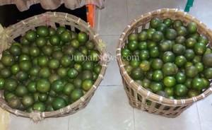 Barang bukti-Dua keranjang jeruk hasil curian 4 remaja yang diamankan warga. (Ron/Jn)