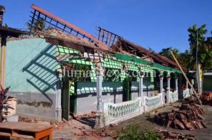 Rusak total-Gedung Ponpes Asy Syafa'ah ambruk usai diterjang hujan disertai angin kencang. (Ron/Jn)