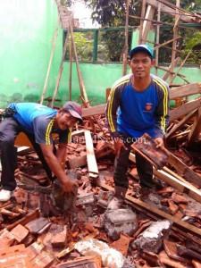 Bersihkan puing-Relawan Tagana bantu bersihkan puing gedung SMK Asy Syafaah yang rusak. (Ron/Jn)