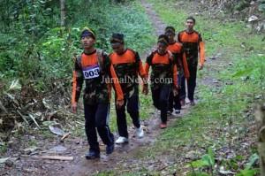 Kompak-Salah satu grup dari SMA Negeri 1 Gambiran, peserta  Lintas Gunung Srawet 2017 saat melintas di hutan gunung Srawet. (Ron/Jn)