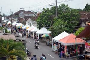 Pasar Ramadan-Deretan stan pasar Ramadan Desa Kradenan.