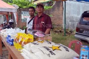 Stan BUMDes-Kepala Desa Kradenan Hadi Suwarno (bertopi) saat di stan BUMDes di pasar Ramadan. (Ron/Jn)