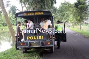 Diamankan-Empat pelajar yang diamankan polisi saat membubarkan pawai kelulusan sekolah. (Ron/Jn)