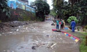 Curah hujan tinggi membuat saluran air tak mampu menampung beban banjir. (Dok Dinas PU Pengairan Banyuwangi)
