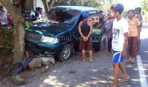 Ngantuk-Meski sopir selamat namun mobil rusak berat pada mesin dan bodi depannya. (Ron/JN)