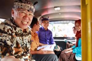 Menteri Perdagangan Enggartiasto Lukita dan Bupati Banyuwangi Abdullah Azwar Anas saat mencoba angkutan gratis bagi pelajar. (Dok Humas Pemkab Banyuwangi)