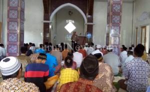Kanit Binmas Purwoharjo, Aiptu Sunardi saat sosialisasi di salah satu masjid Desa Kradenan. (Ron/JN)
