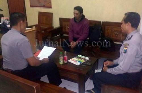 Aparat Polsek Purwoharjo saat interogasi pelaku. (Ron/JN)
