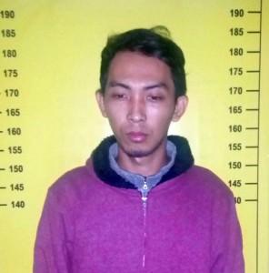 Hoki Indrianto, yang diduga pelaku pencurian Hp 5 TKP. (Ron/JN)