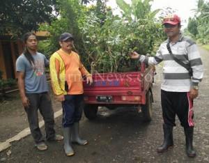 Kepala Desa Kebondalem, Ikhsan (sebelah kanan) ikut serta dalam penanaman tanaman hias. (Ron/JN)