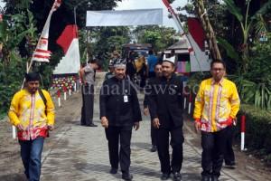 Kades Purwodadi Suyatno dan Camat Gambiran Danisworo saat menyambut tim juri Desa Berseri. (Ron/JN)