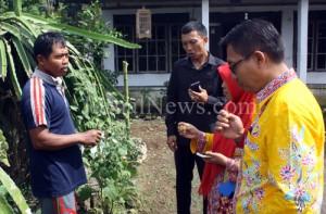 Sejumlah juri Desa Berseri saat mencicipi buah Ciplukan hasil budidaya warga Desa Purwodadi. (Ron/JN)