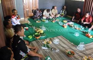 Kanit Binmas Polsek Purwoharjo, Aiptu Sunardi saat berikan sosialisasi di pertemuan para kadus se Kecamatan Purwoharjo. (Ron/JN)