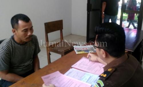 Pelaku saat diserahkan ke Kejaksaan. (Foto Polsek Gambiran untuk JurnalNews.com)