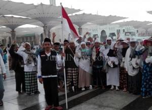 Jamaah haji Banyuwangi saat kibarkan merah putih di area masjid Nabawi.  (Syafaat untuk JN)