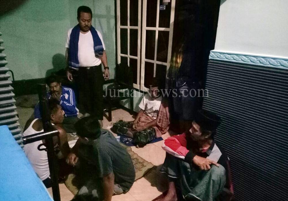 Kanit Reskrim Polsek Cluring Ipda Hariyanto saat memimpin penggrebekan judi. (Ron/JN)