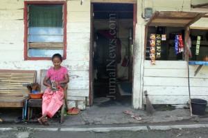 Misinem (65) di depan rumahnya. (Ron/JN)