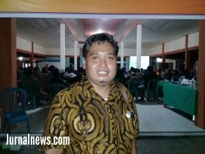 Foto: Andik Santoso Salah satu staf ahli Nur Suhud saat menghadiri kegiatan sosialisasi dari LP3TKI di balai desa Seneporejo,kecamatan Siliragung. (Dok.rony).