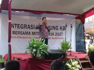 Foto: BKKBN Jawa Timur Edi Adi saat memberi pemahaman tentang program Keluarga Berencana KB. (Rony).
