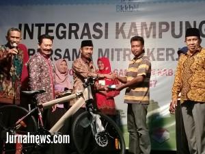 Foto: Pemenang Doorpres poto bareng anggota DPRD dan para narasumber BKKBN. (Rony).