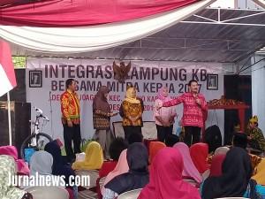 Foto: Swasana diatas pentas saat sosialisasi Integrasi kampung KB, didesa Rejoagung. (Rony).