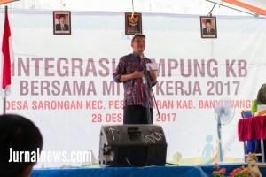 Foto:  Karnadi sigit,saat diatas pentas, menjelaskan tentang program Keluarga Berencana di desa Sarongan, kecamatan Pesanggaran. (Rony).