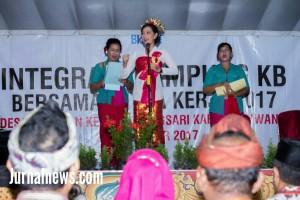 Foto: Suwasana disaat Dirjen memandu lagu Indonesia Raya, diacara sosialisasi kampung KB. (Rony).