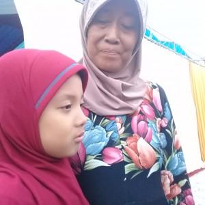 Foto : Aulia Putri bersama sang nenek.