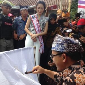 Foto : Bupati Abdullah Azwar Anas saat mencanting ditengah peserta Canting Sewu