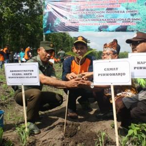 Foto: ADM KPH Banyuwangi Selatan Ir Dwidjono Kiswurjanto bersama Muspika Kec. Purwoharjo menanam pohon jati bareng.