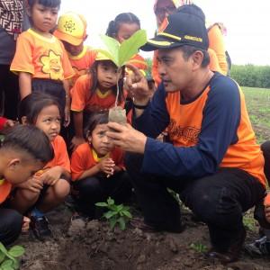 Foto: Dwidjono bersama kelas TK nanam pohon jati bareng.