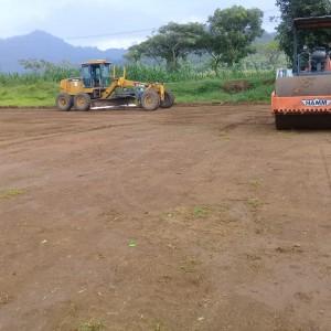 Foto: dua alat berat milik PT Bumi Suksesindo sedang meratakan tanah lapang.