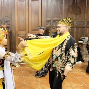 Foto: Tamu dari PT INKA menari gandrung setelah tiba di Banyuwangi. (Aguk).