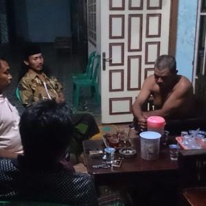 Foto : sejumlah warga dusun krajan desa sembulung sedang berjaga diteras salah satu rumah warga.
