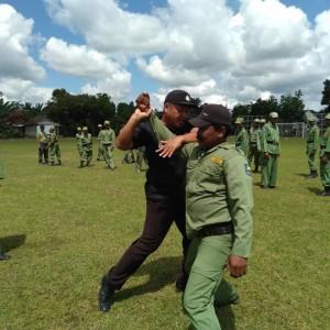 Foto : salah satu anggota kepolisian dan hansip meragakan kegiatan beladiri.