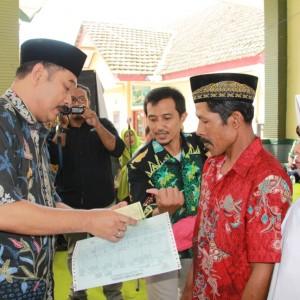 Foto: warga saat menerima buku nikah
