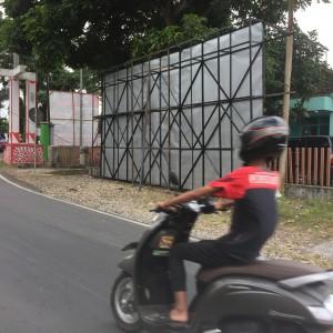 Foto: papan yang akan dipasang saat ini masih tergeletak ditepi jalan