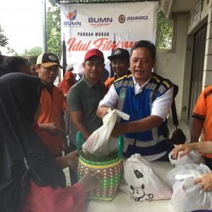 Foto: Staf PT.Jasa Marga Jatmiko melayani warga yang membeli.