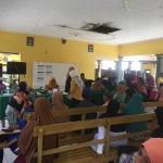 Foto: Warga berkrumun di pendopo kantor Desa Benculuk.