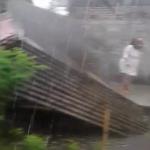 Foto: Bu Yanti saat lari di sebelah warung yang roboh.