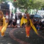 Foto: dua penari gandrung dihalaman kantor Dispar saat orasi Balawangi.