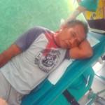 Foto: Ahmad Dini korban pembacokan saat akan dirawat dirumah sakit.