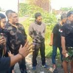 Foto: Solehudin memakai blangkon saat memberi paparan kepada anggota Balawangi.