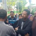 Foto: Nasabah dan pendamping Yunus wahyudi berorasi didepan kantor KUD Trijaya.