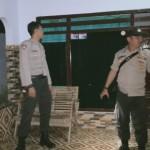 Foto: dua petugas saat merasia dirumah dilokasi gempol porong.