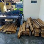 Foto: barang bukti berupa kayu jati dan 1 unit serkel.