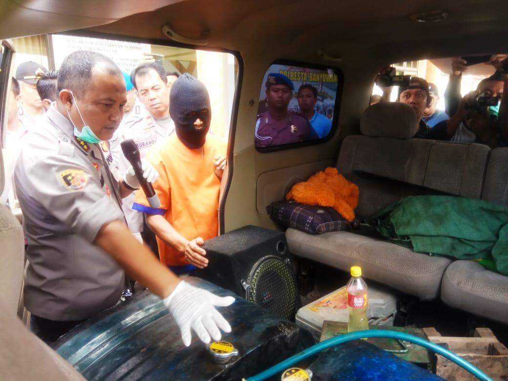 Foto: persrilis, Kapolresta Banyuwangi Kombes Pol Arman Asmara Syarifuddin menjelaskan mobil yang dibuat membawa minyak bersubsidi, mobil itu sudah dimodifikasi. Doc. Polresta Bwi.