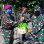 Foto: acara serah terima sembako oleh letkol marinir Dodik E Siswanto, kepada anggota Marinir.