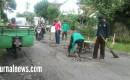 Warga Desa Wringinrejo Bersama PU.Bina Marga Benahi Jalan Berlubang.